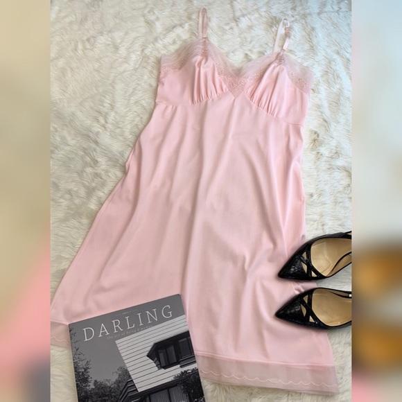 971f89a2d HOLLYWOOD VASSARETTE Pink Nylon Lace Full Slip. M 5c3d1bb93e0caaaf0fc3cba1